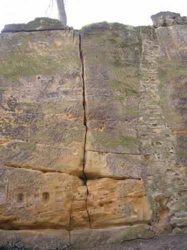 Strahovský pískovec - údolní stěna s kruhy