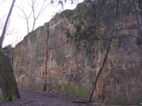 Strahovský pískovec - západní stěna: I západní stěna je značně poškozena lezením.