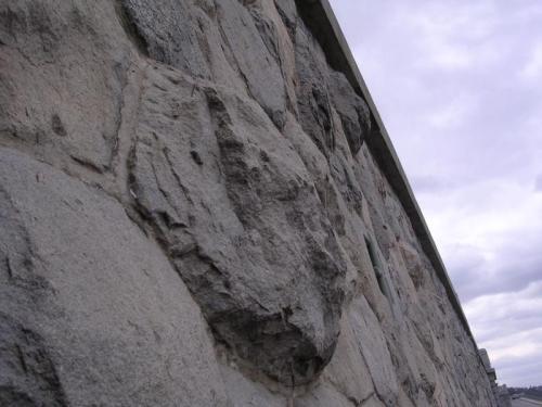 Žulová zeď na Výtoni: Detail jednoho z větších kamenů.