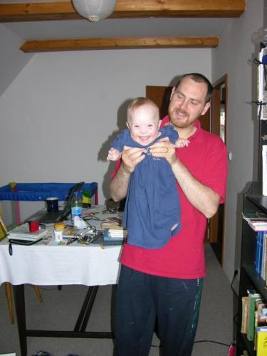 Se strýcem Přemkem: V kojeneckém tričku velikosti XXXXXXXL (červen 2008).