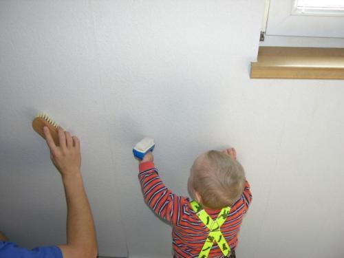 Ondřej pomáhá s tapetováním
