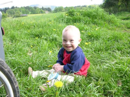 Ondřej v trávě u Pozorky