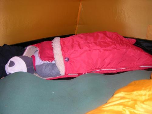 Ondřej spící ve stanu