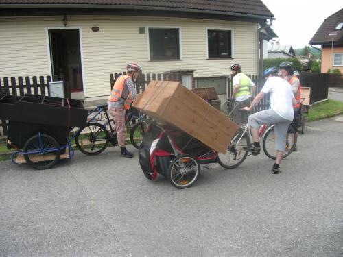 Komoda na vozíku Chariot: Bez šuplíků je komoda relativně lehká. Nosnost vozíku je 45kg.