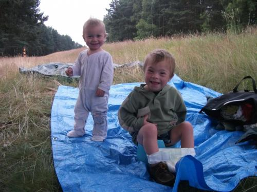 Před spaním na cyklostezce Odra-Nisa: Modrou plachtu jsme vozili u dětí ve vozíku a používali jako podložku téměř při každé delší zastávce.