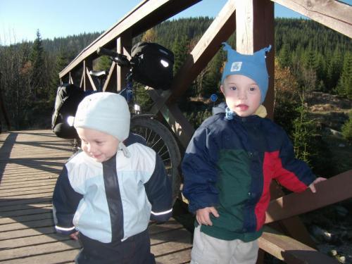 Překročení hranice: Děti právě překračují Česko-Polskou hranici po mostě přes Jizeru.