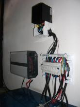 Měnič, regulátor, baterie a jističe