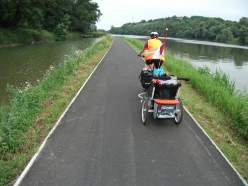 Na cyklostezce za Mělníkem: Některé úseky cyklostezky za Mělníkem vedou po náspu mezi vodou.
