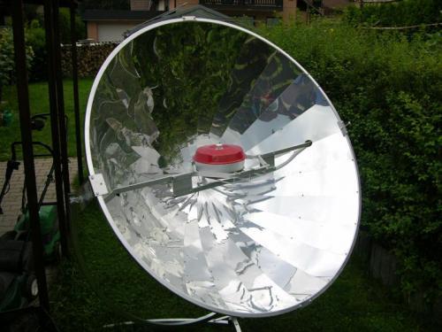 Pečení na solárním vařiči: Mobilní trouba Omnia na slunečním vařiči.